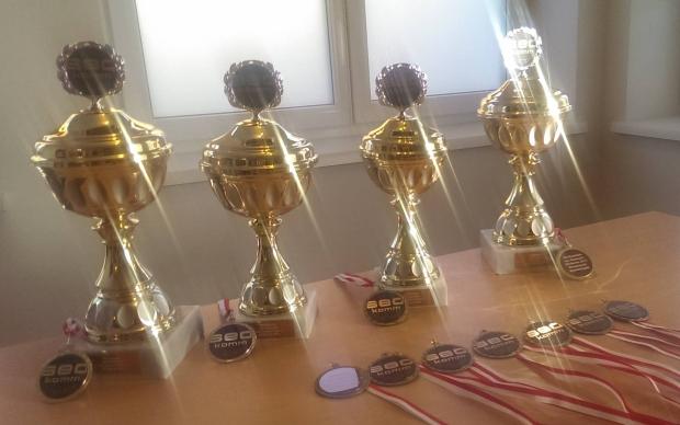 Pokale für Platz 1 -3 und Medaillen für 4-10 für den SEOKanzler SEO Contest. Die beste Frau bekommt zusätzlich einen SEOkanzlerin Sonderpreis!